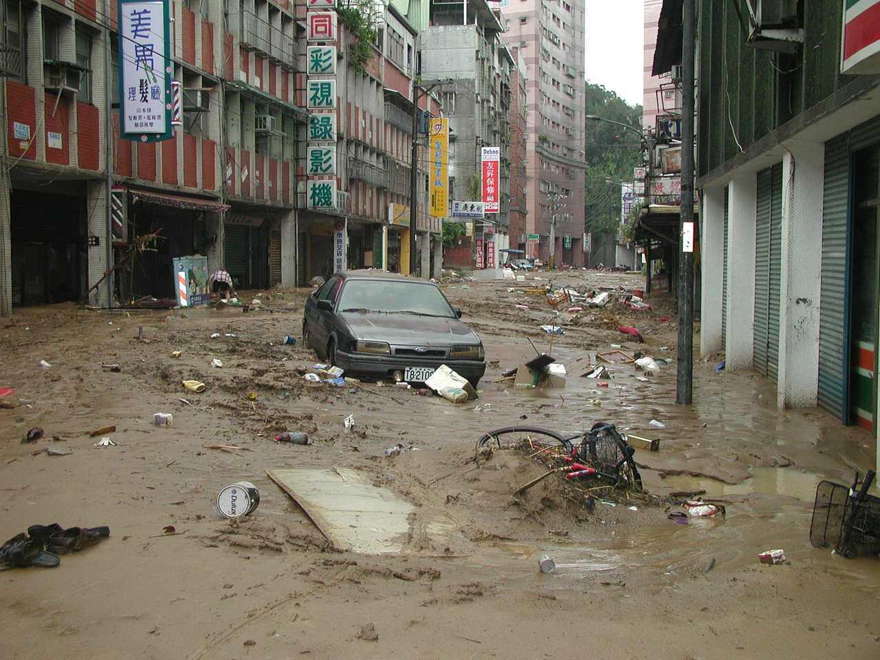 2001年9月18日納莉颱風後的汐止,街道泥濘不堪,垃圾和拋錨車輛佔滿街道。聯合...