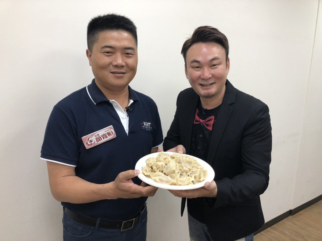 立委顏寬恒(左)今參加民視四季線上網路節目錄影。圖/民視提供