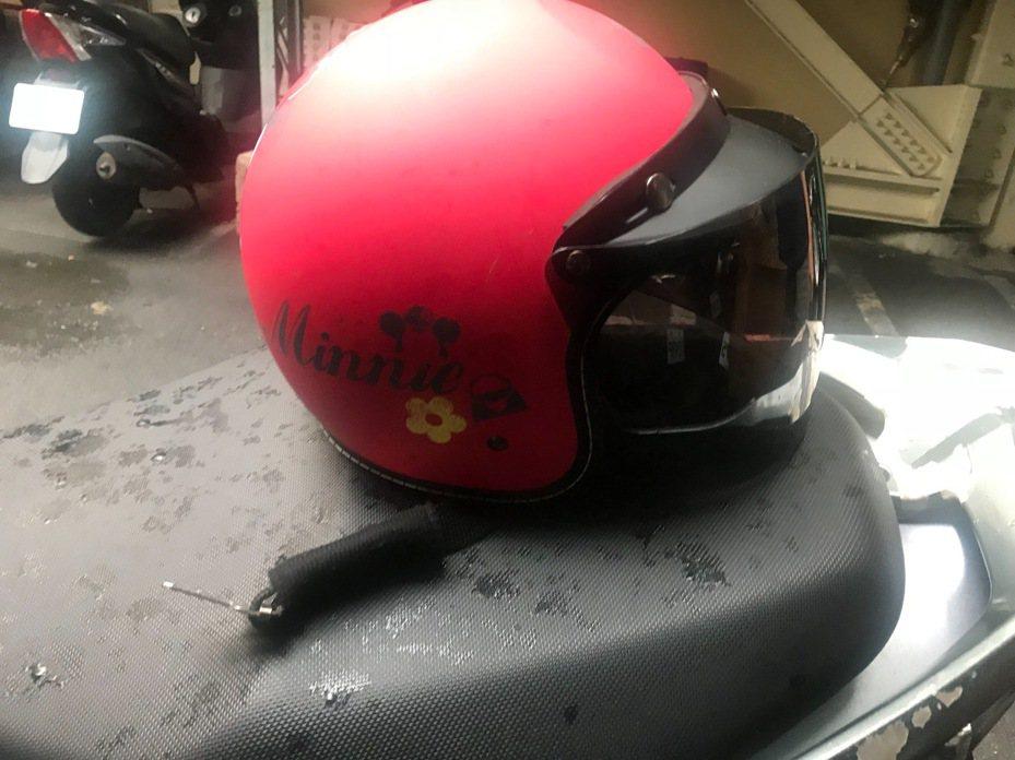 林男因偷竊的安全帽特徵太明顯,遭到巡邏員警盤查。記者柯毓庭/翻攝