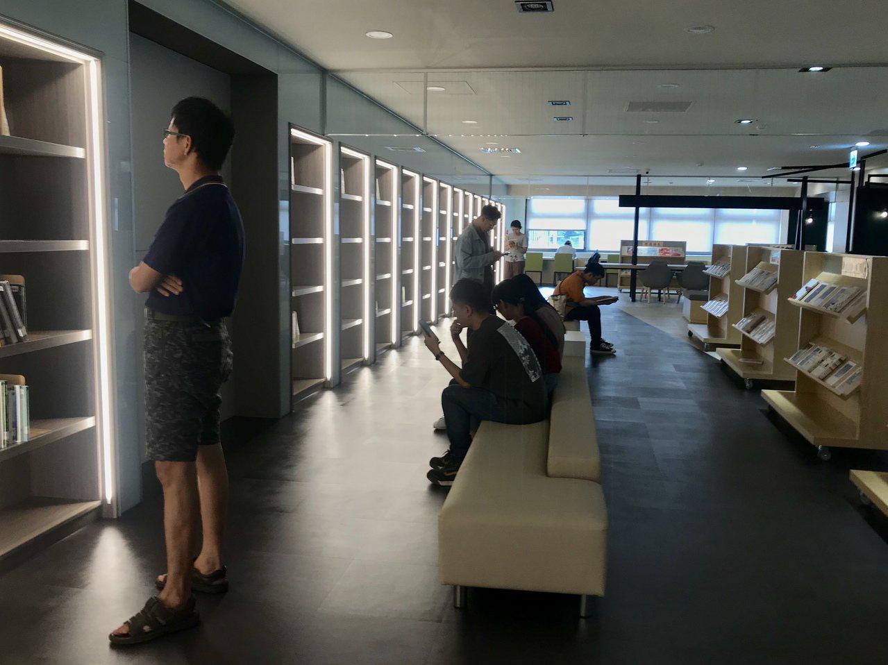 屏科大圖書館斥資兩千萬整修,以工業風格打造舒適閱讀環境。記者江國豪/攝影