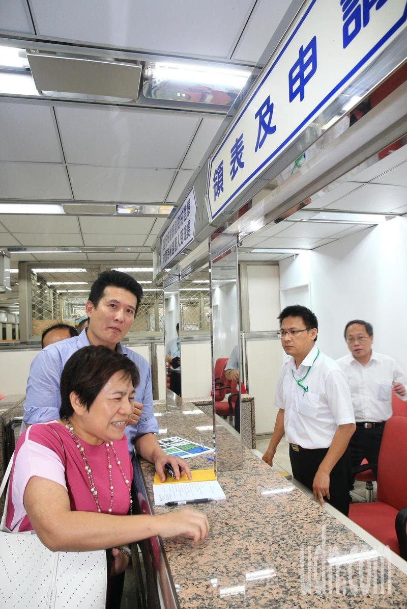 前立委黃文玲(左)傍晚突然現身中選身,要幫柯文哲完成總統大選領表作業。記者陳正興/攝影