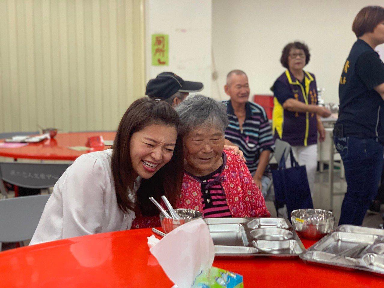 雲林馬光長青食堂揭幕,青埔教育基金會董事長張嘉郡和老人互動愉悅。圖/張嘉郡提供