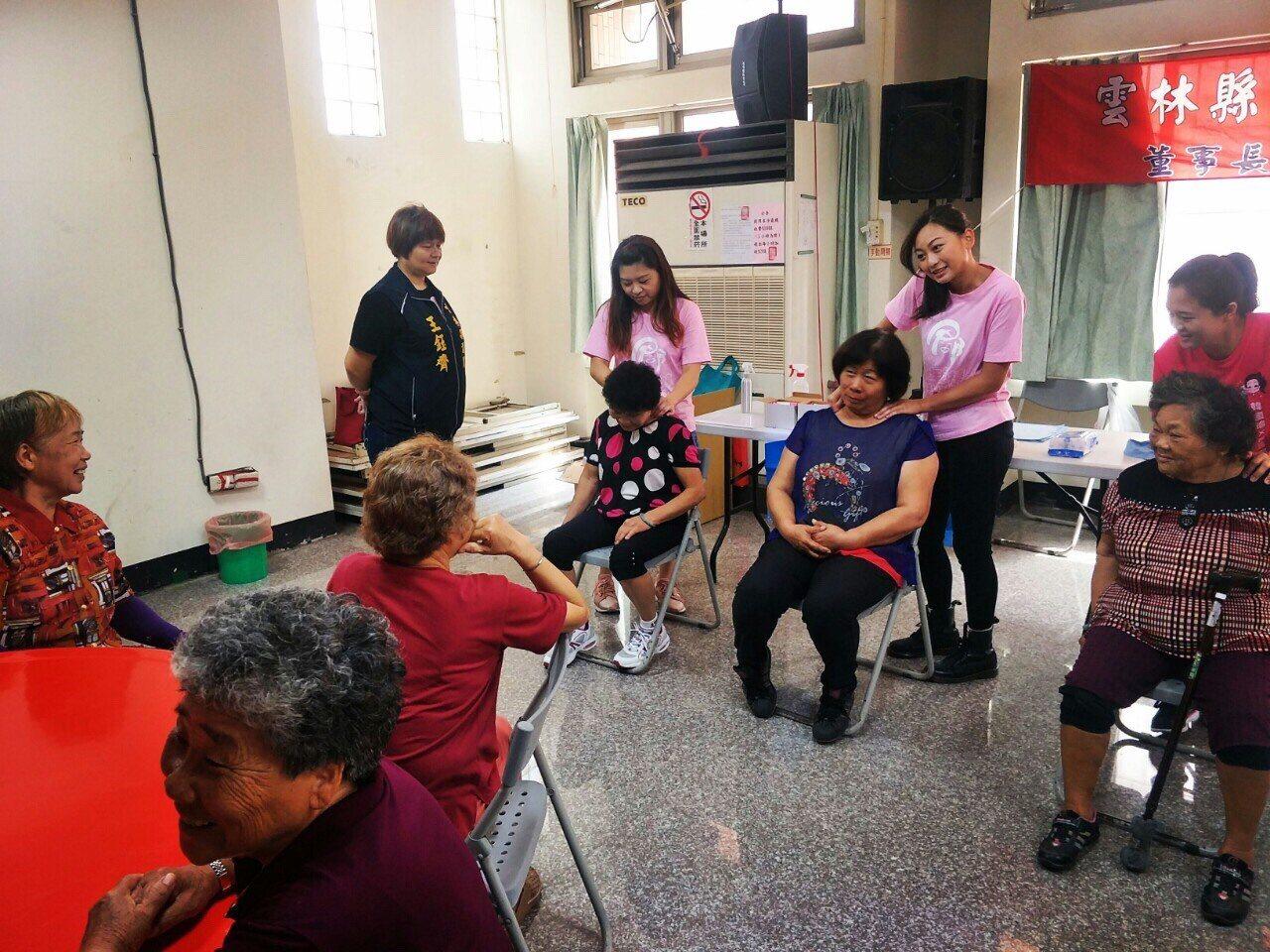 雲林馬光長青食堂揭幕,青埔教育基金會董事長張嘉郡提供芳療服務。圖/張嘉郡提供