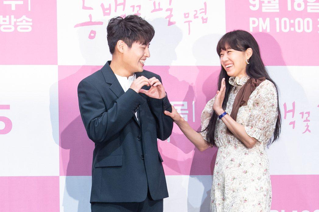 孔曉振(右)、姜河那合作新戲「山茶花開時」。圖/Netflix提供