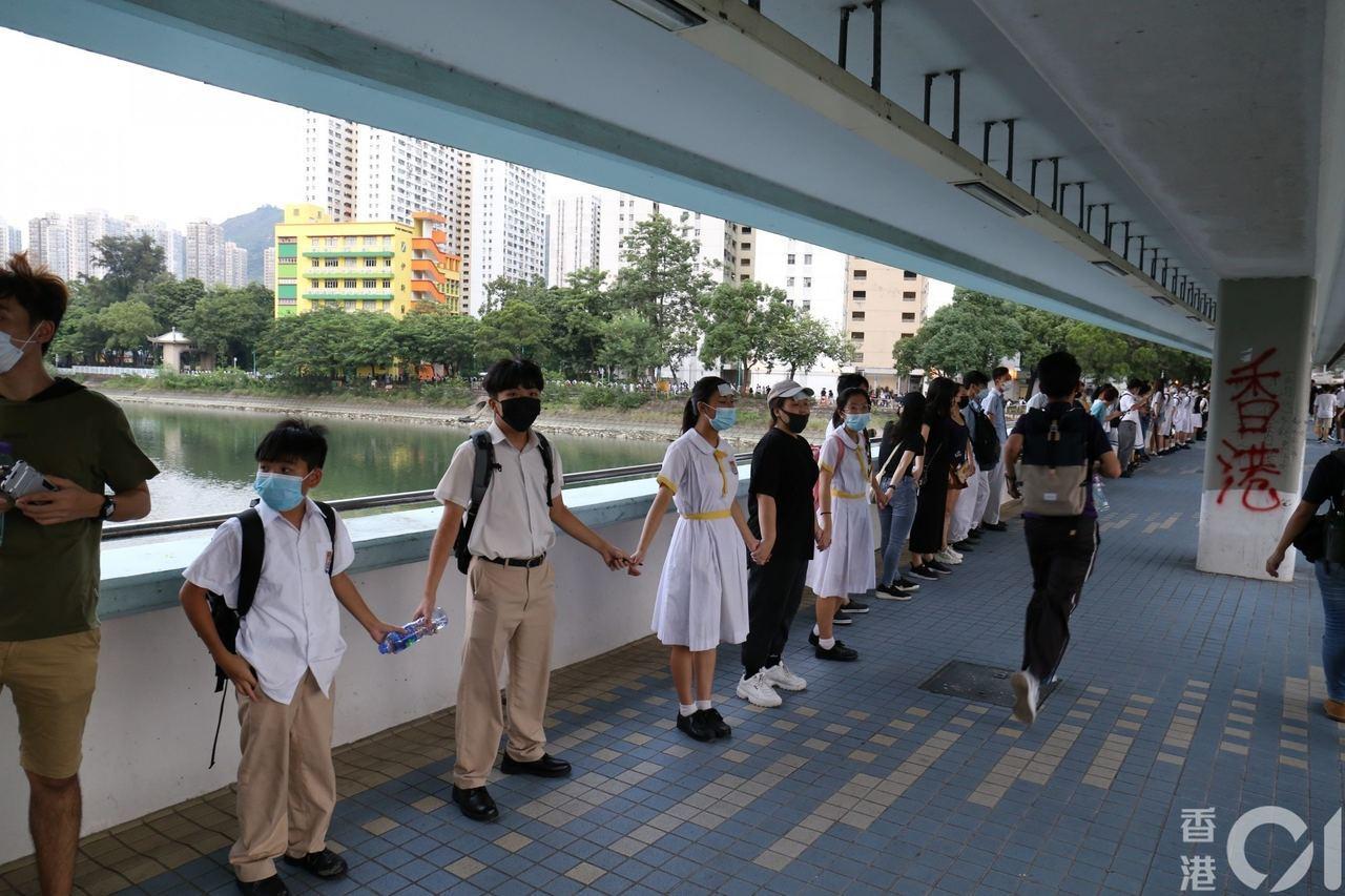 近日港民在不同地區發起築人鏈活動。圖/取自香港01