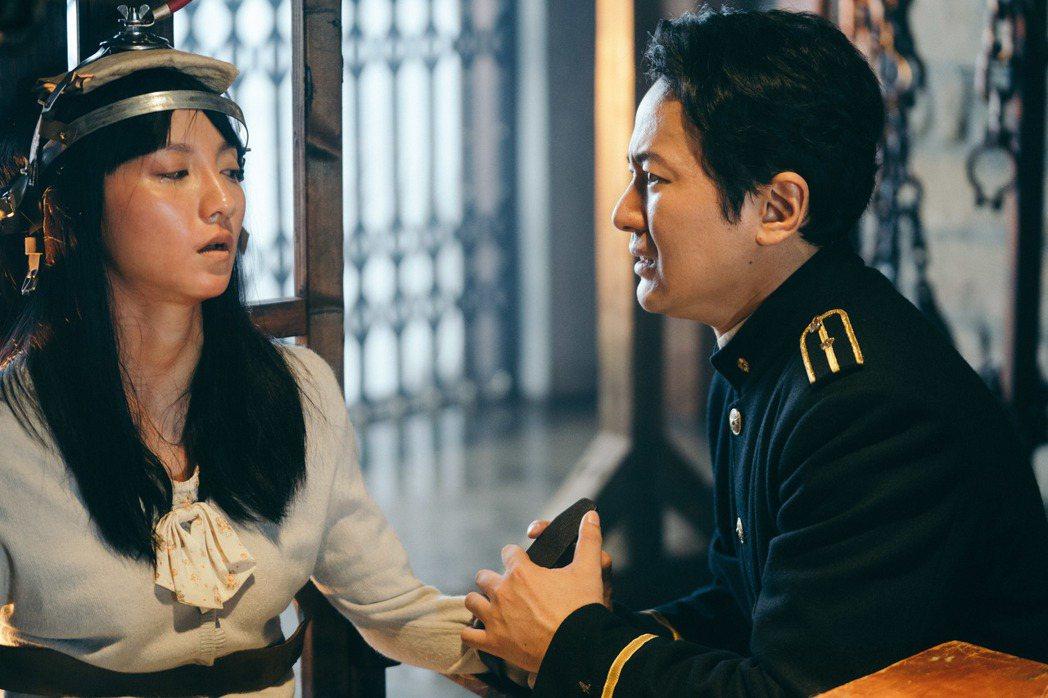 蔭山征彥(右)因「日據時代的十種生存法則」入圍金鐘戲劇節目男配角獎。圖/客台提供