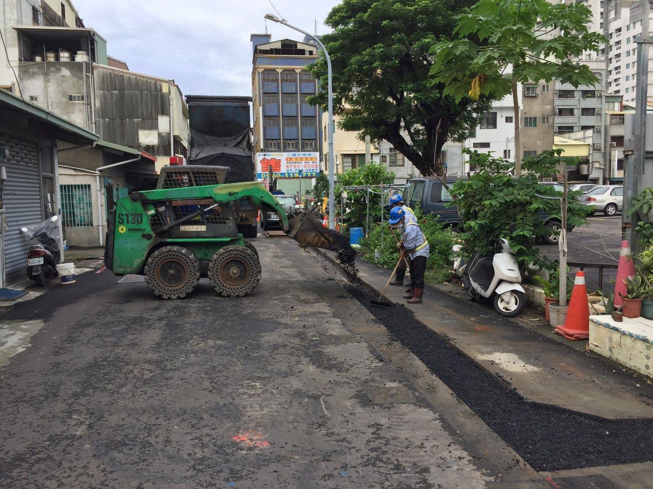 高雄市政府工務局最近修改高雄市道路挖掘管理自治條例,除新鋪路面全面禁挖1年外,新...