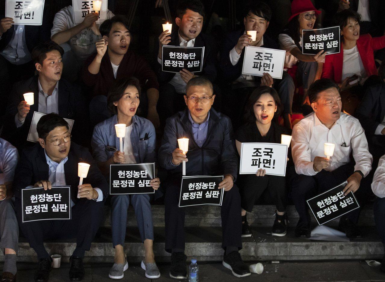 自由韓國黨黨魁黃教安(前排中)17日在首爾舉行燭光抗議活動,要求曹國辭。(歐新社...