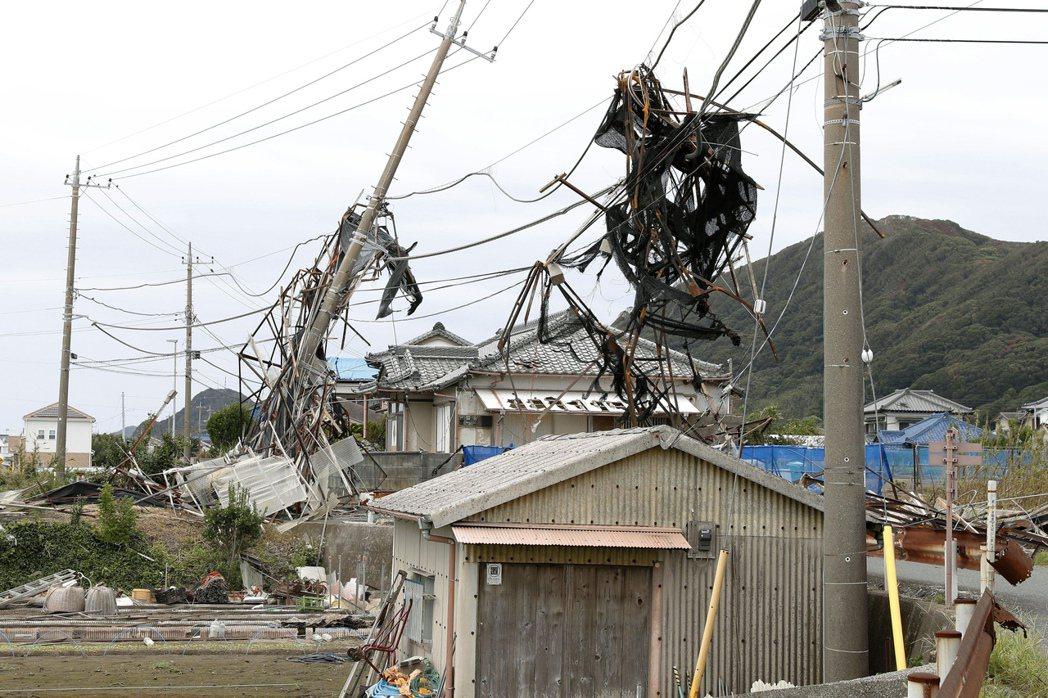 千葉縣南房總市的電線桿被吹倒,迄13日仍未修復。(美聯社)