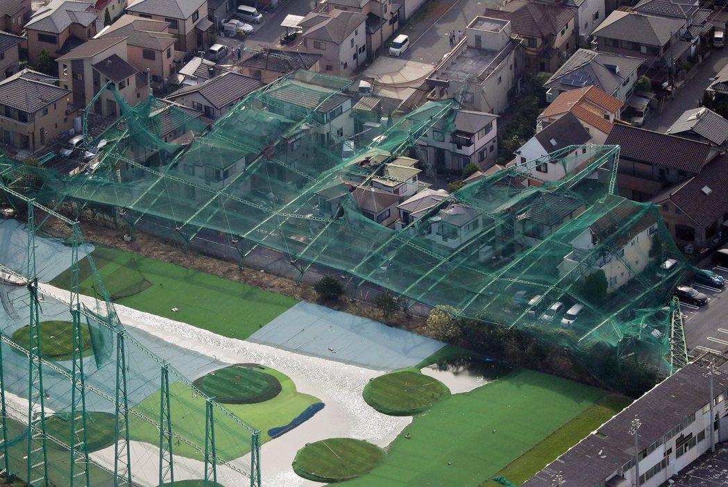 千葉縣市原市一座高爾夫球場的圍籬被颱風吹垮。(歐新社)