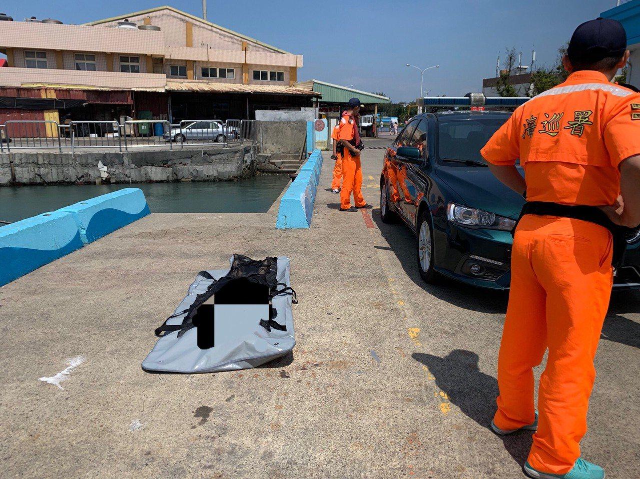 台中梧棲漁港有民眾發現一具男浮屍,海巡署第三岸巡隊梧棲安檢所及消防人員下水將大體...