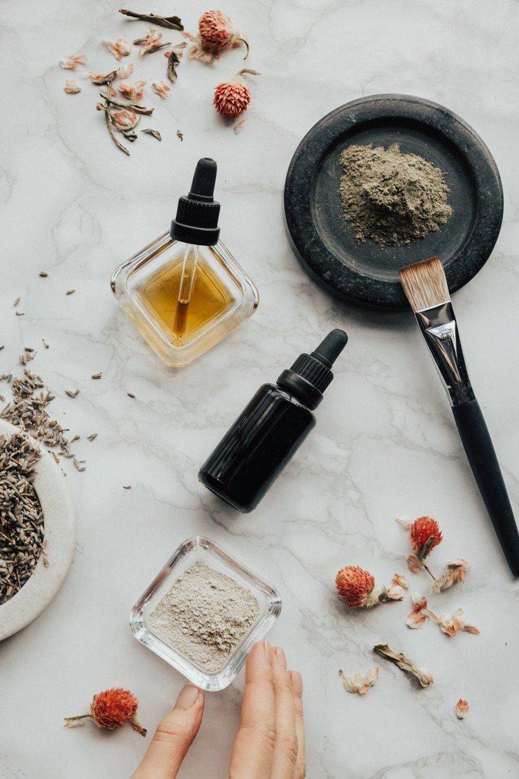 市面上琳瑯滿目的精華液,該如何挑選,就請洽專業的美容師、皮膚科醫師。圖/摘自 p...