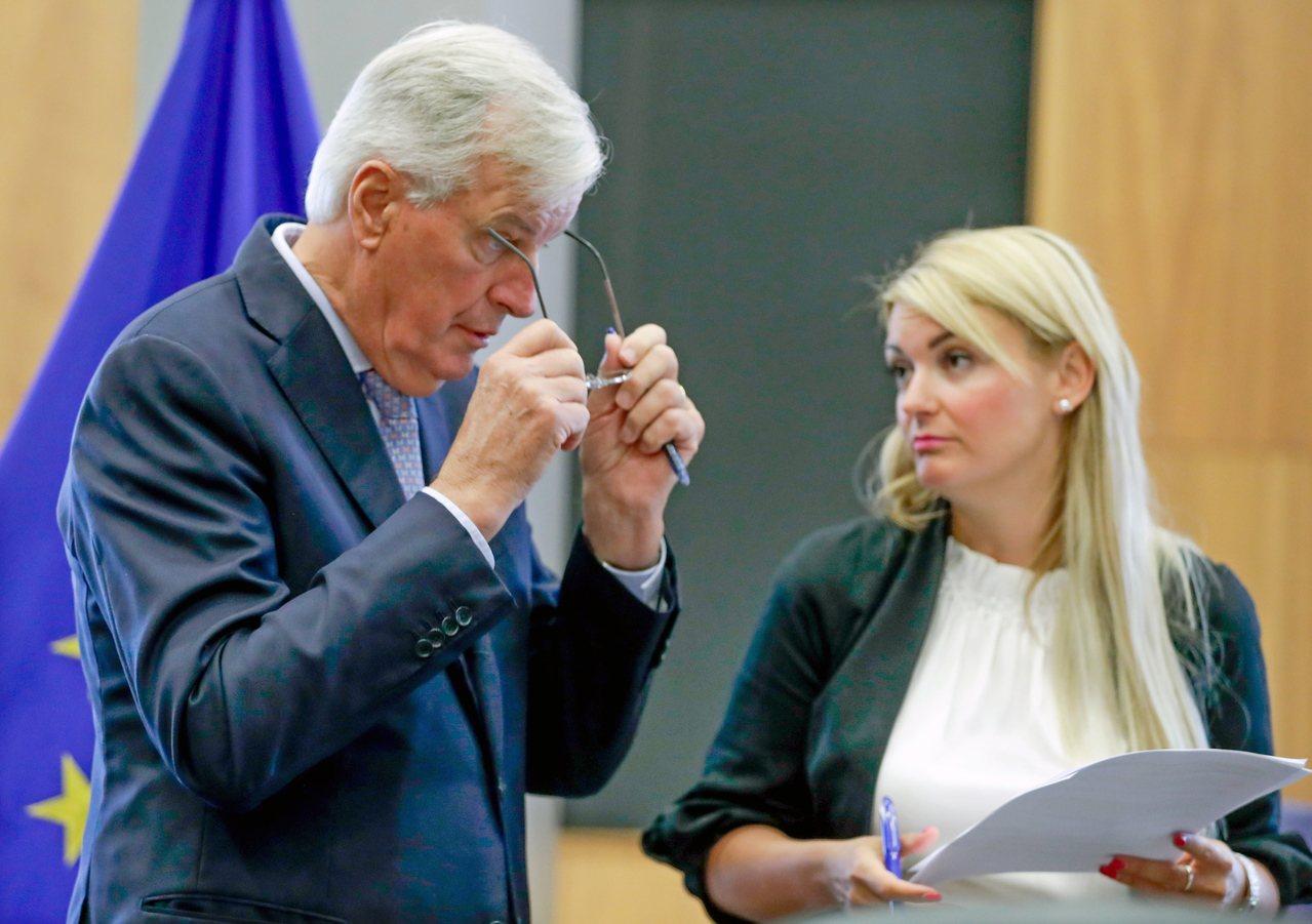歐盟執委會發言人安德瑞娃(右)與歐盟的英脫歐首席談判代表巴尼耶。歐新社