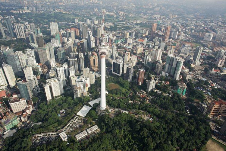 馬來西亞著名的吉隆坡塔,是全世界第七高的高塔,值得跳傘愛好者在此留下跳傘生涯完美...