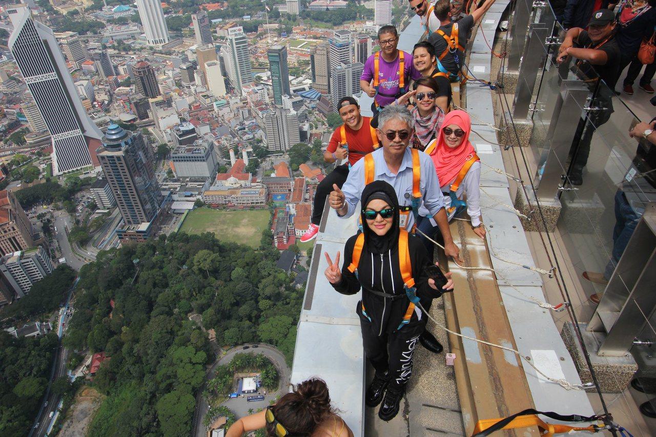 「Sitting on The Edge」讓無法跳傘的民眾也能從高空鳥瞰城市美景...