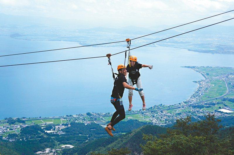 「SKY WALK」高空滑索可體驗七段路線七種景觀的急速快感。 記者何雅玲╱攝影
