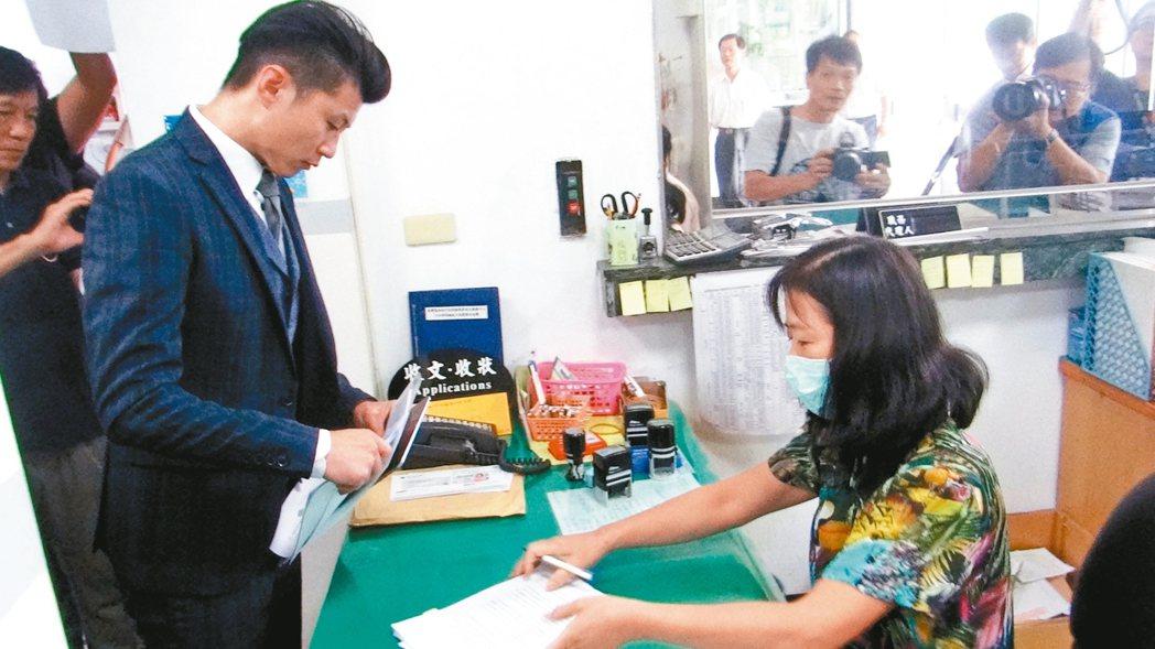 李佳芬委託律師郭羿廷向雲林地檢署和地方法院遞狀控告和自訴。 記者蔡維斌/攝影
