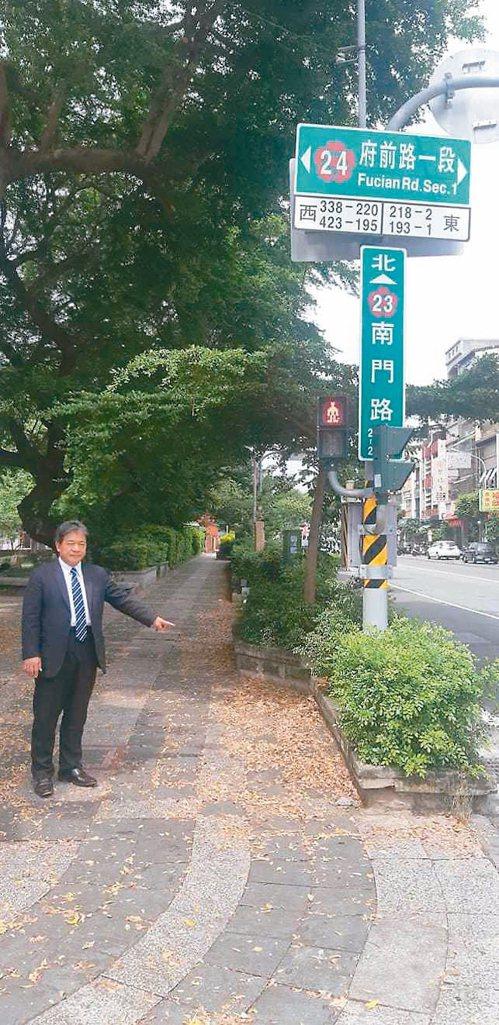 台南市議長郭信良在臉書直播指出孔廟園區人行道滿地落葉、雜草叢生,卻沒人整理,批評...