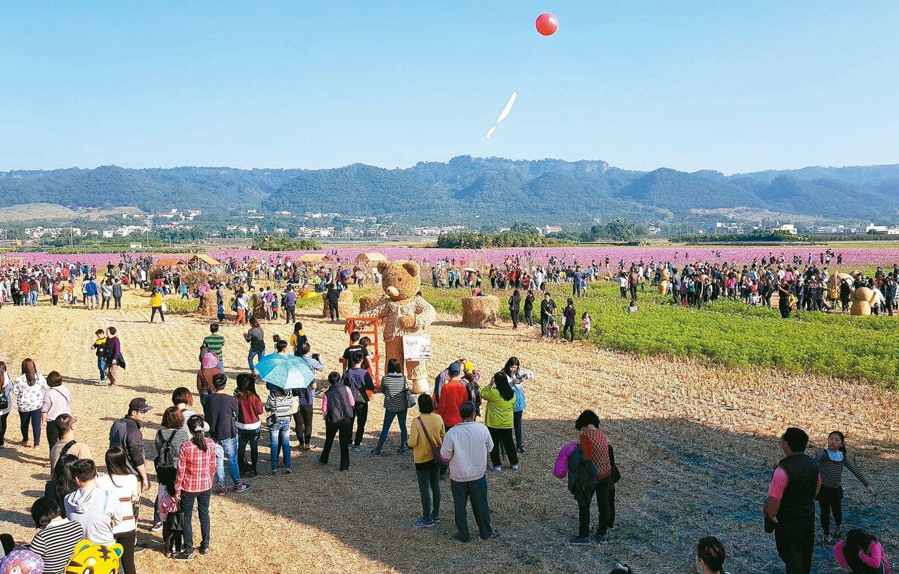 去年的「田中稻草人藝術節」以童話故事為主題,吸引了許多親子來。 圖/田中鎮農會提...