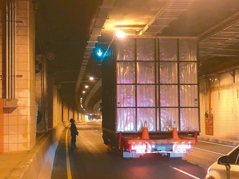 鳳鼻隧道限高4.6公尺,近來發生多起超高大貨車卡在隧道或撞毀隧道頂機電消防設備的...