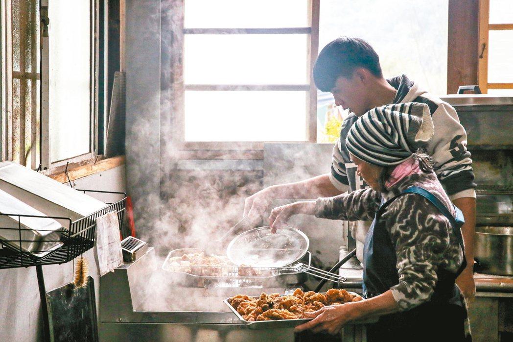 原住民深耕德瑪汶協會推動「達觀部落共同廚房」,中午廚房裡老人與青年忙進忙出一同備...