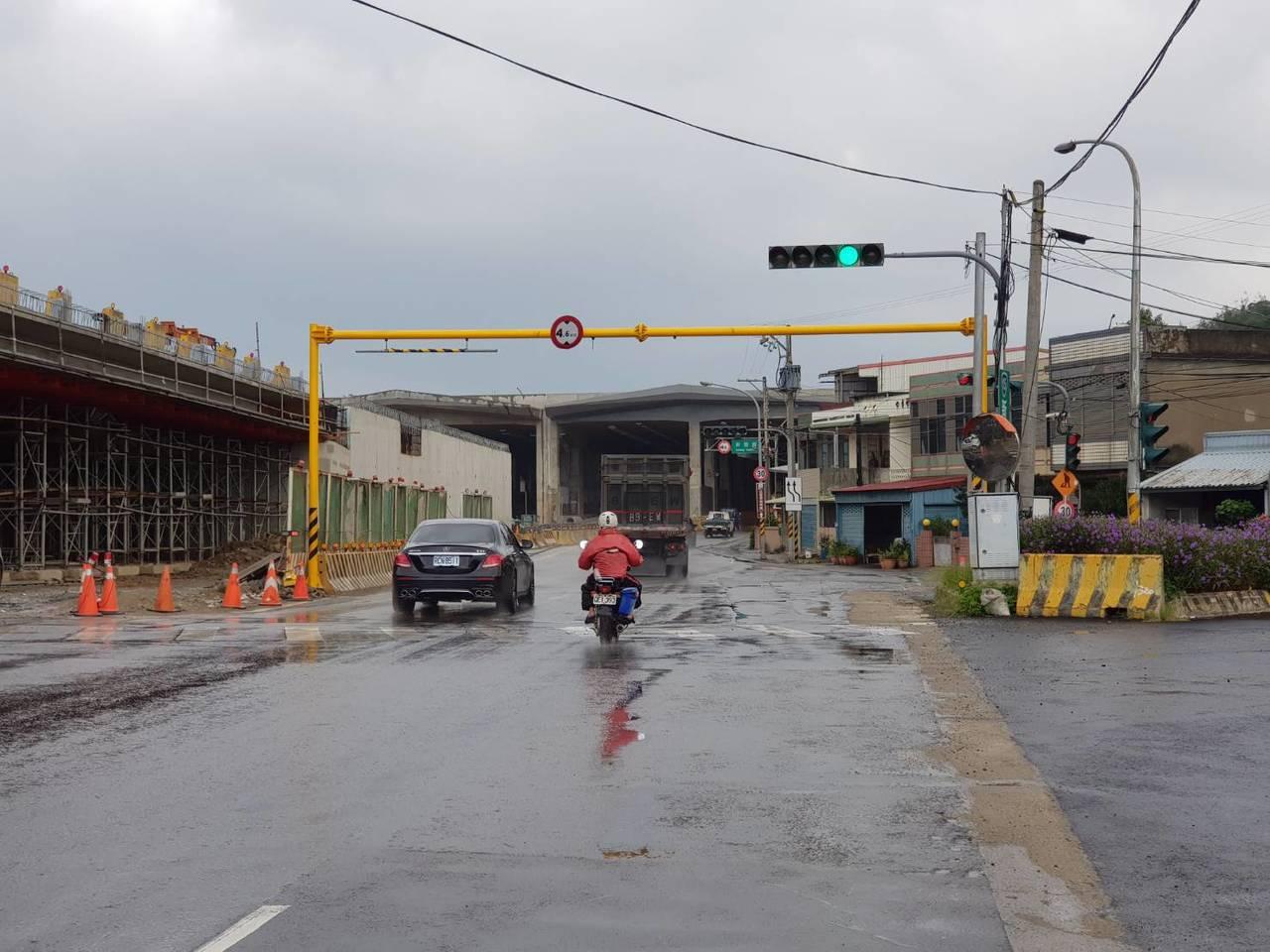 鳳鼻隧道第1孔道前設有門架式禁制標誌,限高4.6公尺,常遭超高的大型車撞壞,闖入...