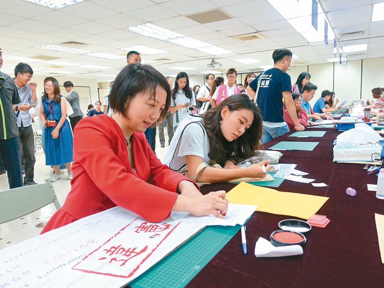 社民黨主席范雲(左)去年「空手」到北市選委會登記參選市長,未繳二百萬元保證金,選...