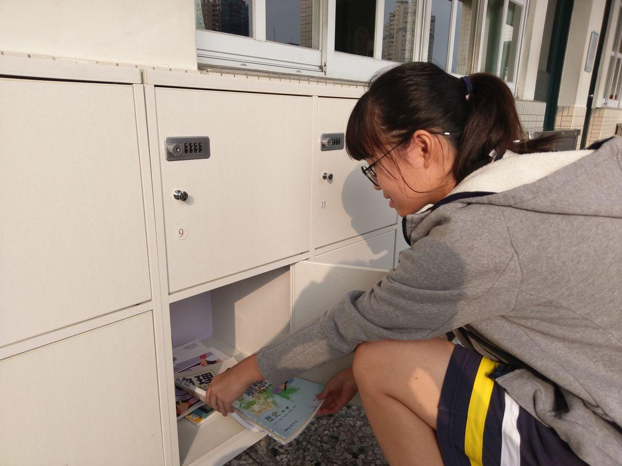 108課綱學生跑班上課,忠明高中每一班學生都有專屬置物櫃,「一人一櫃,密碼上鎖」...