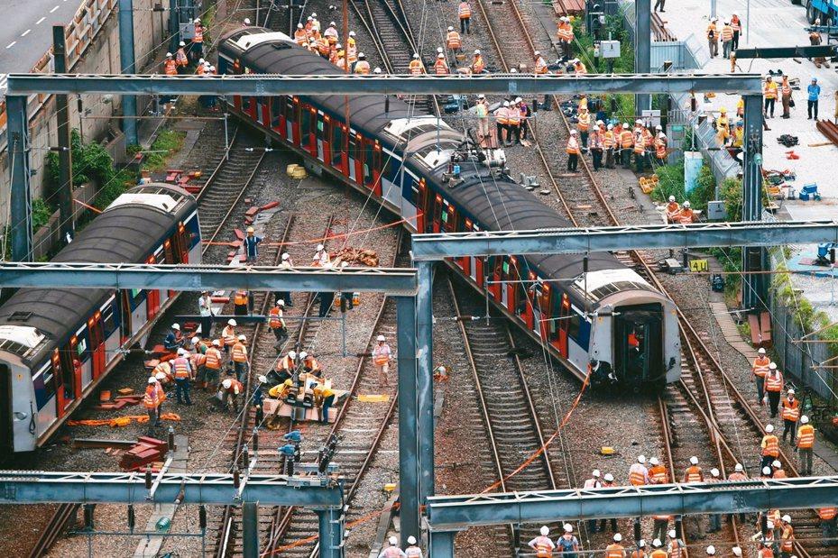 香港鐵路昨罕見地發生嚴重事故,一列東鐵線火車在開進紅磡總站時出軌,造成八人受傷,事故原因尚待調查。 (美聯社)