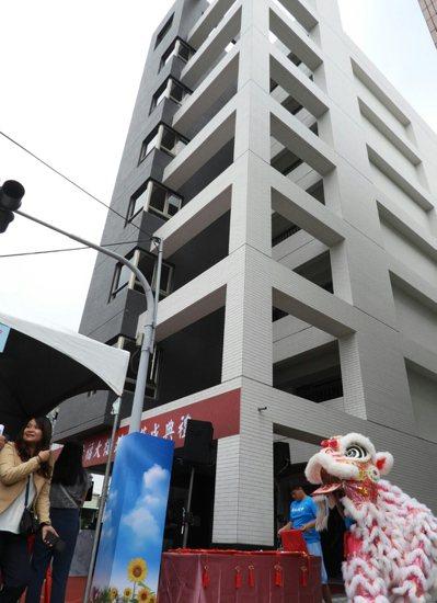 台南震災重建3年,第一棟完工重建公寓大樓昨落成。 記者周宗禎/攝影