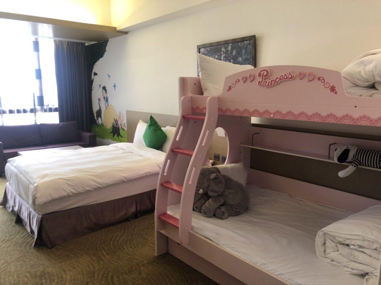 樂億皇家渡假酒店親子房還有兒童床架。 記者李承穎/攝影