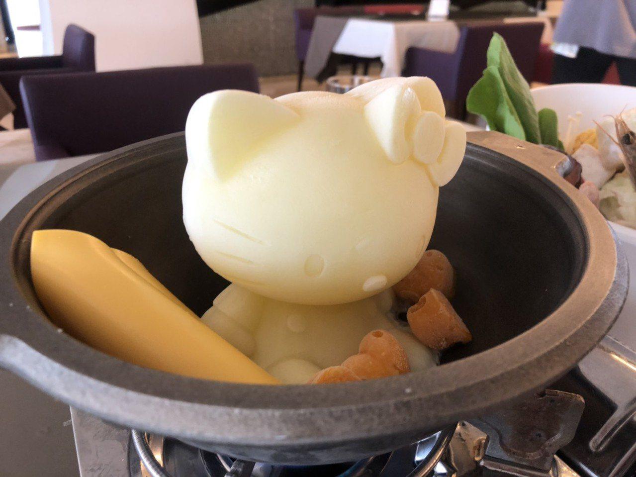 樂億皇家渡假酒店餐廳內的凱蒂貓牛奶鍋很吸睛。 記者李承穎/攝影
