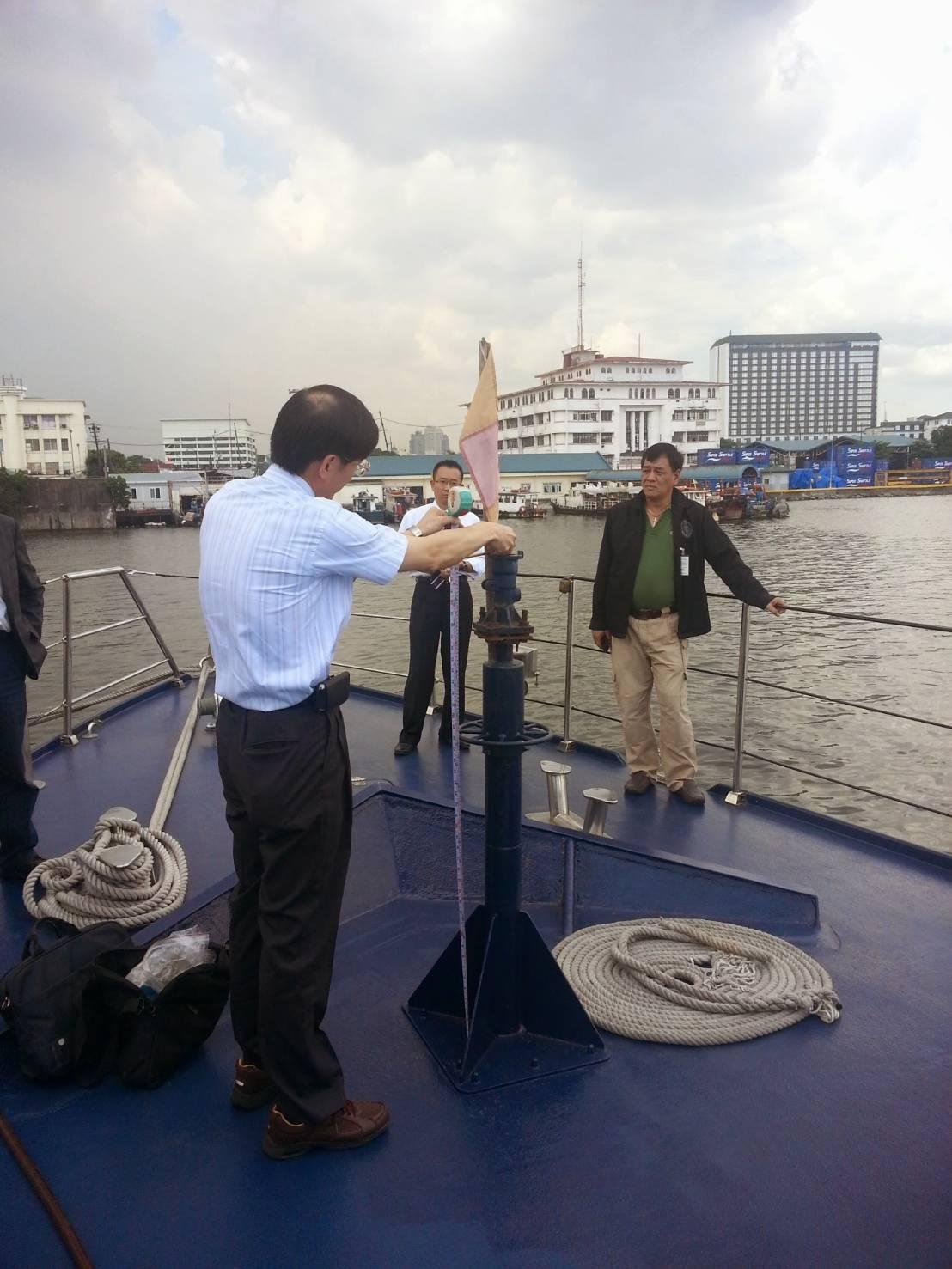 我國檢警人員2013年赴菲律賓,登上涉嫌開槍掃射的巡邏艇,勘驗機槍的位置。 圖/...
