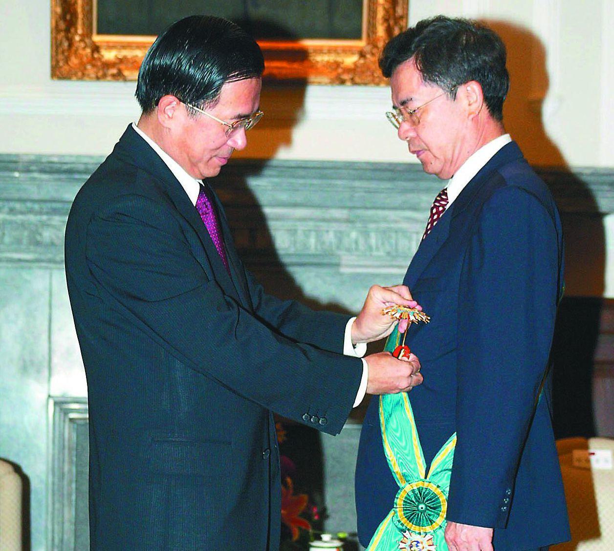 陳哲男轉投民進黨後,成為陳水扁的得力助手。圖為2004年5月,陳水扁頒授「二等卿...