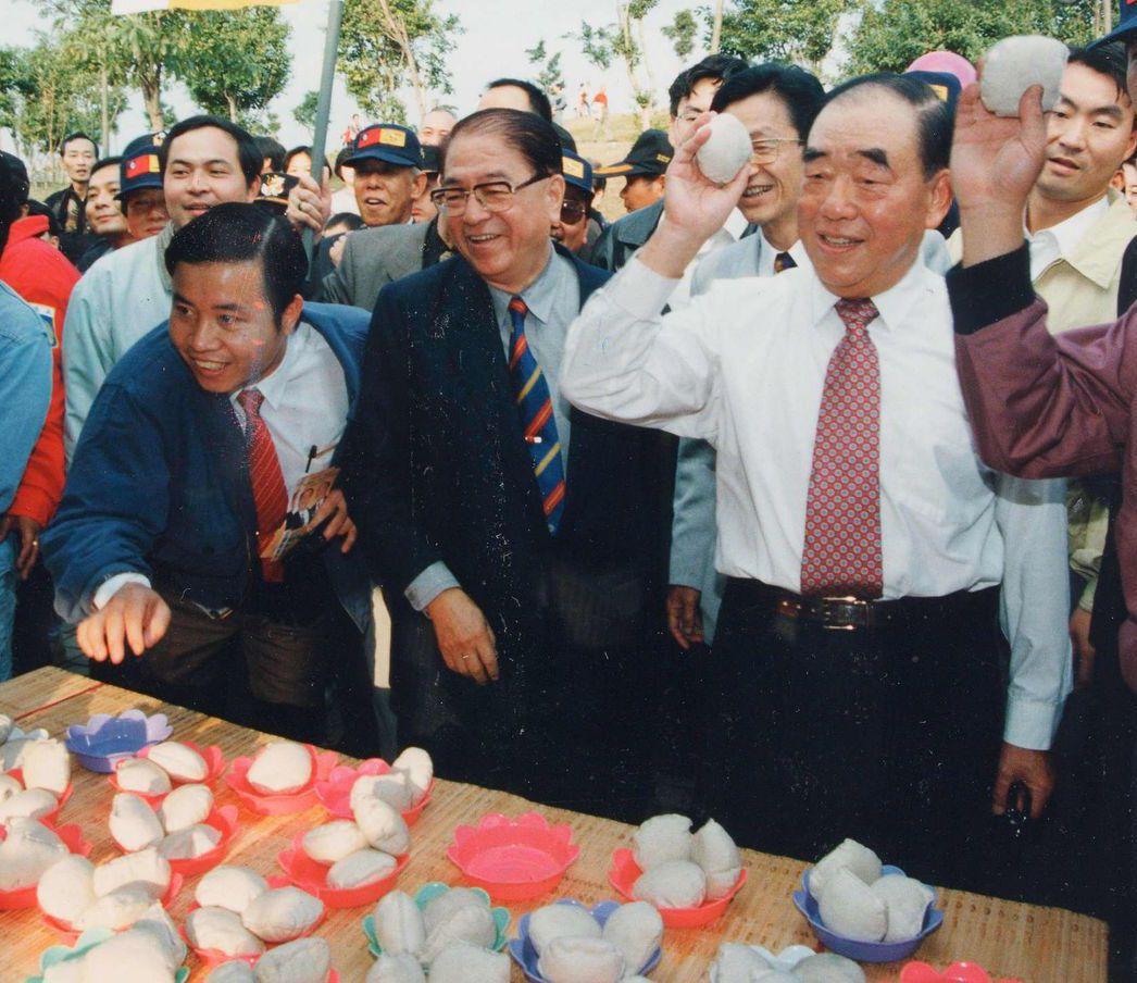 林洋港(左二)直到2005年才重回國民黨。 圖/聯合報系資料照片