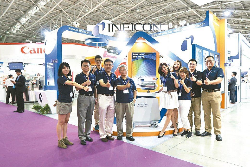 英福康台灣分公司總經理鄭國聲(左四)與團隊攝於去年展場。 翁永全/提供