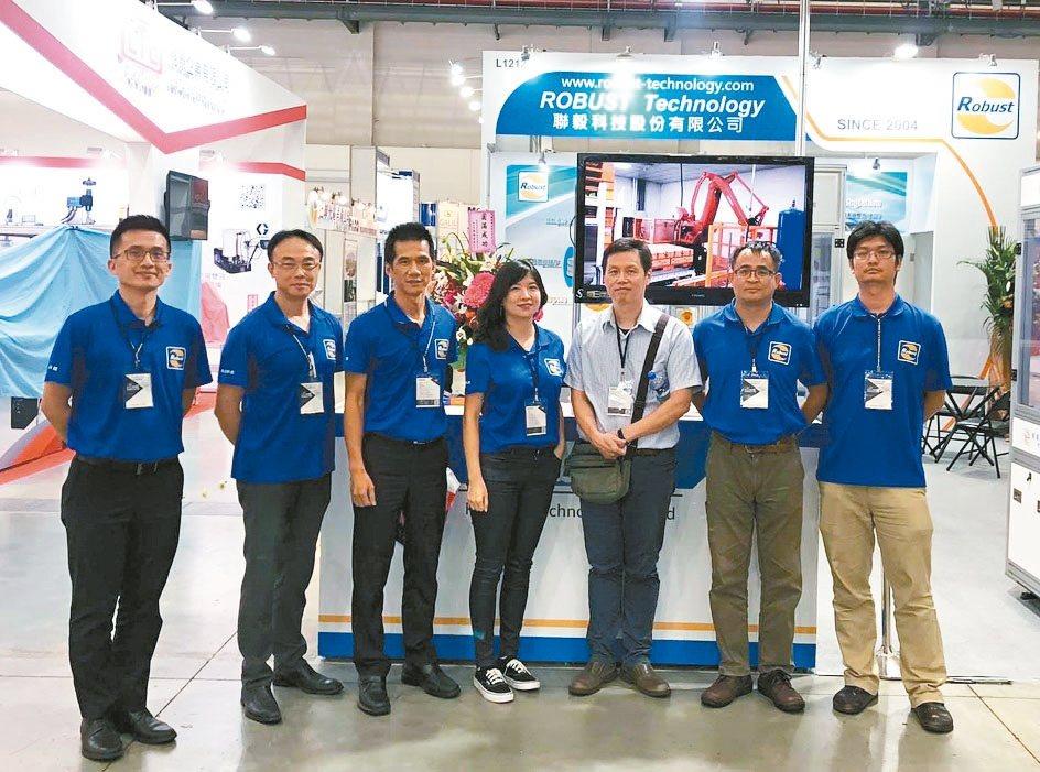 聯毅科技總經理林仲章(左三)與團隊於台北自動化展合影。 翁永全/攝影