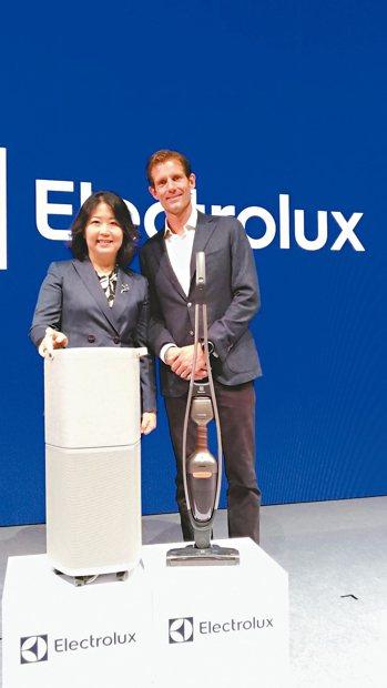 伊萊克斯資深副總裁Adam Treschow(右)與台灣暨香港總經理余倩梅 記者...