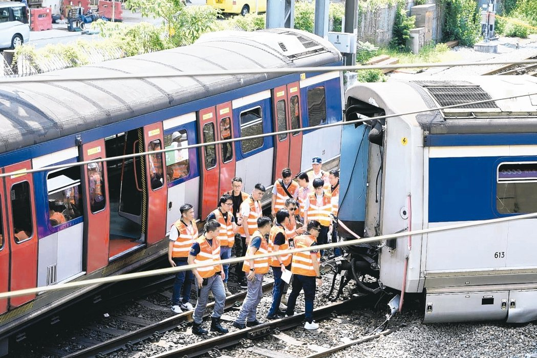 港鐵紅磡站昨(17)日有列車出軌,大批工作人員到場搶修。 中通社