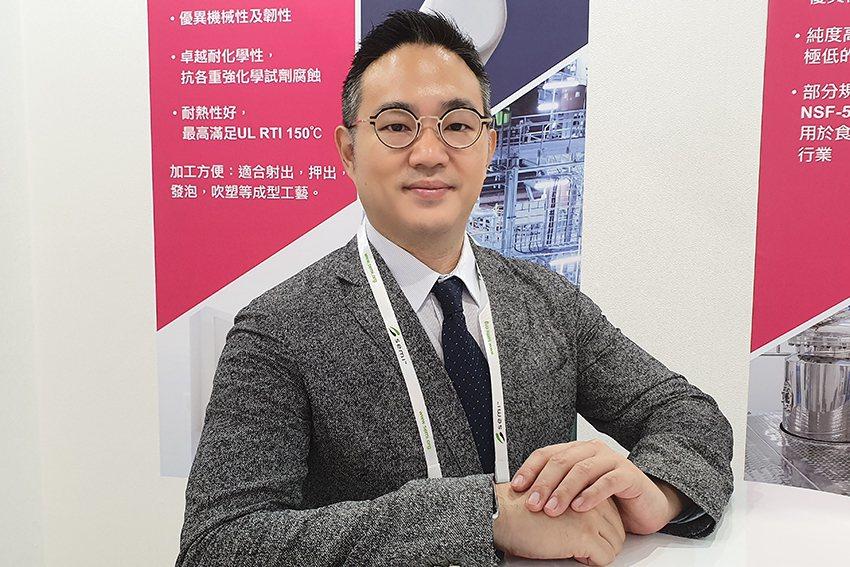 阿科瑪公司經理甘家葳在國際半導體展「科技產品說明會」中,說明阿科瑪技術聚合物性能...