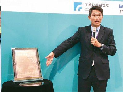 「低翹曲面板級扇出型封裝整合技術」生產的產品。 記者蔡銘仁/攝影