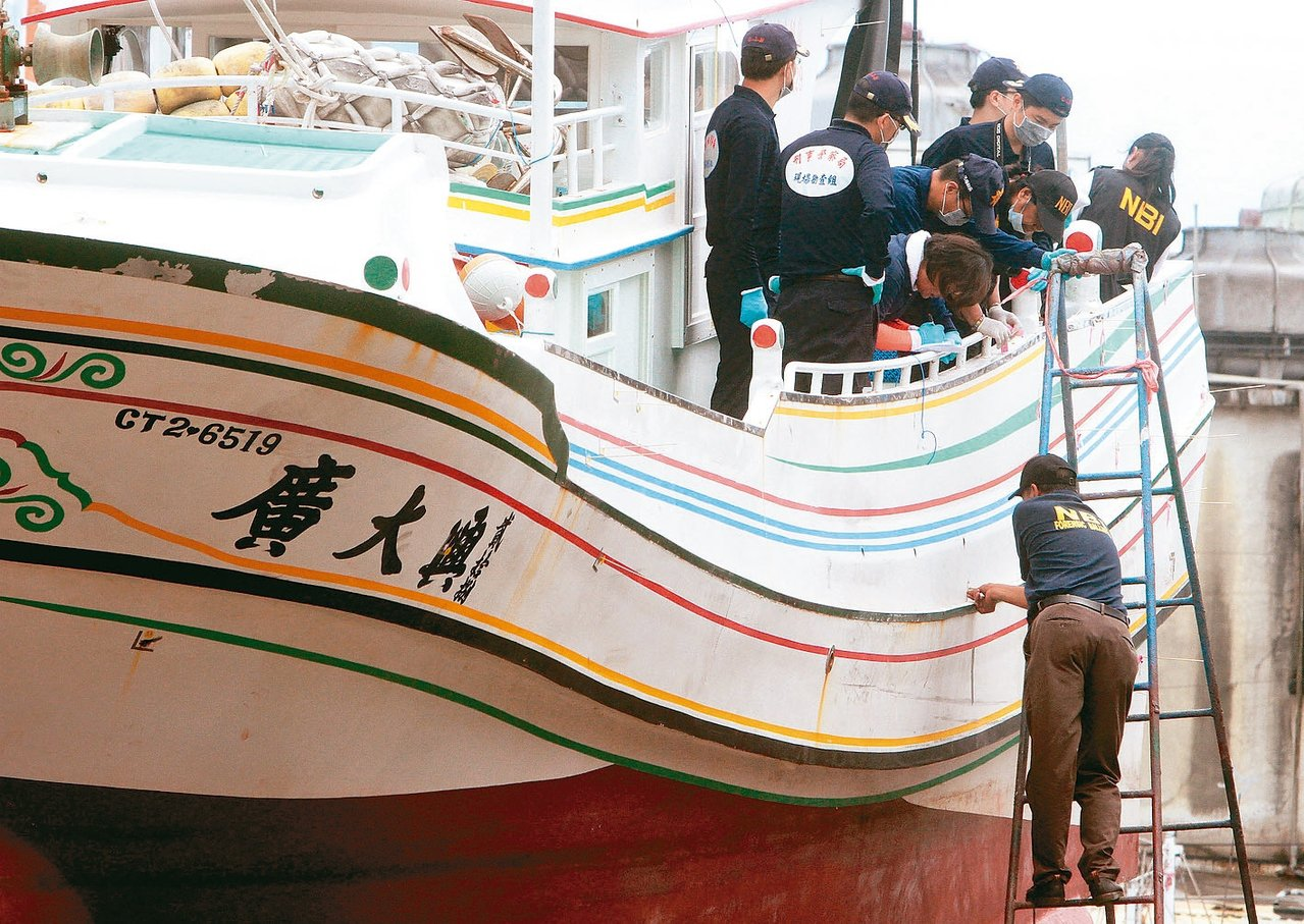 2013年5月菲律賓派調查團到屏東縣東港鎮,會同我方檢警調人員勘驗廣大興28號漁...