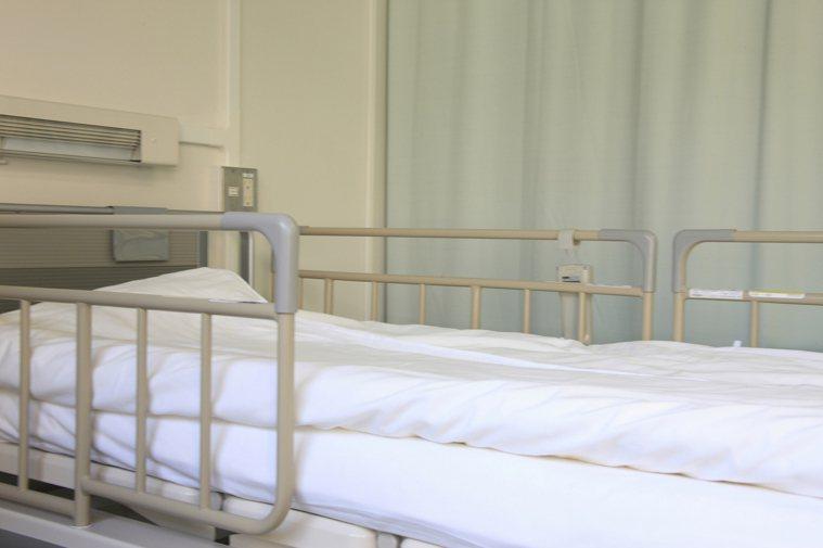 醫療資源稀缺性,您的床位是被不肯出院的人佔著。示意圖/ingimage