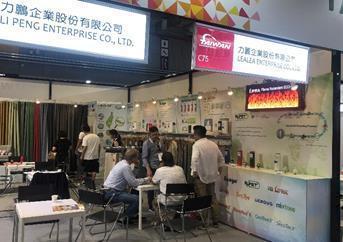 買主於台灣館力鵬公司攤位洽談情況。 紡拓會/提供