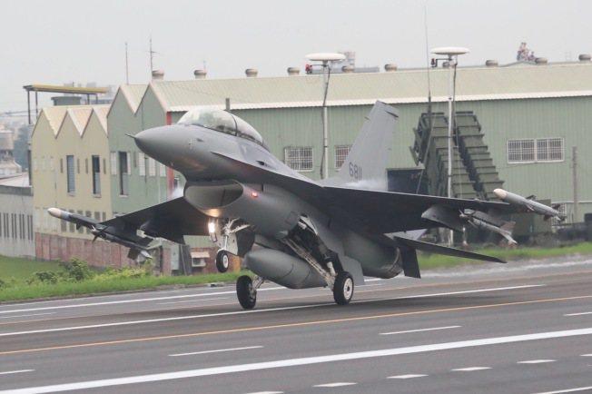 美國最新同意的對台軍售,包括F16V戰機,圖為F16戰機今年5月在台灣高速公路戰...
