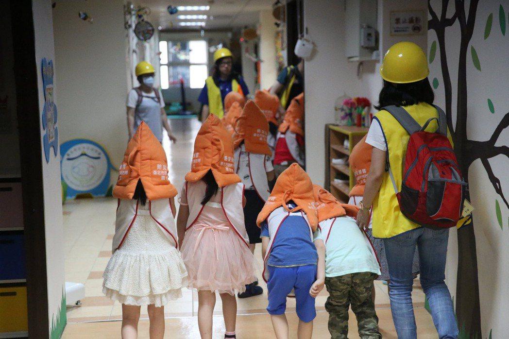 幼兒園地震避難演練。 圖/作者自攝