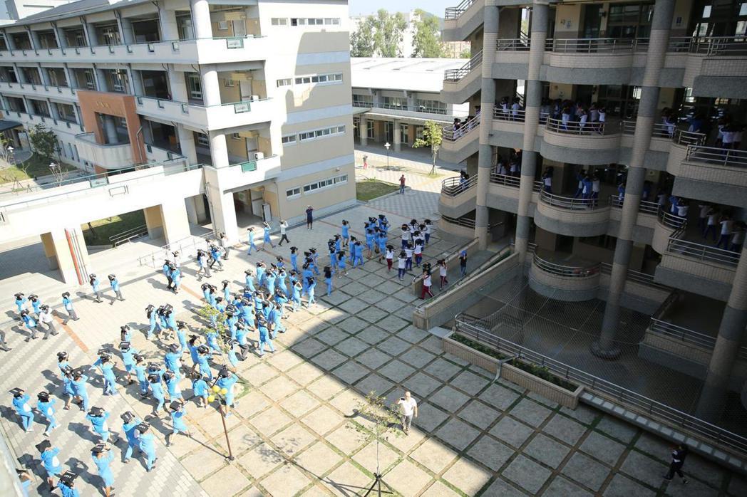 高中生進行防災演練。 圖/作者自攝