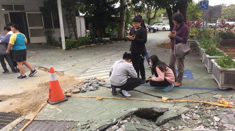 地震過後,清除危險的掉落物後,學校保留了大部分因地震而改變的地景,讓學生在開學後...