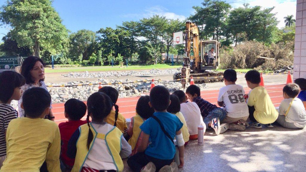 由於學校僅有一間校舍,而修復工程期間,師生仍需要使用校舍。蕭美珍便將修復工程成為...