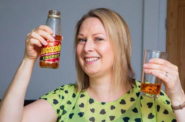 女子試喝過期25年的能量飲料,卻發現味道非常好。圖擷自太陽報